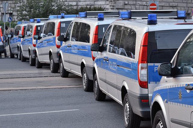 Wagenburg der Polizei am 4. Mai 2015 bei Legida/NoLegida