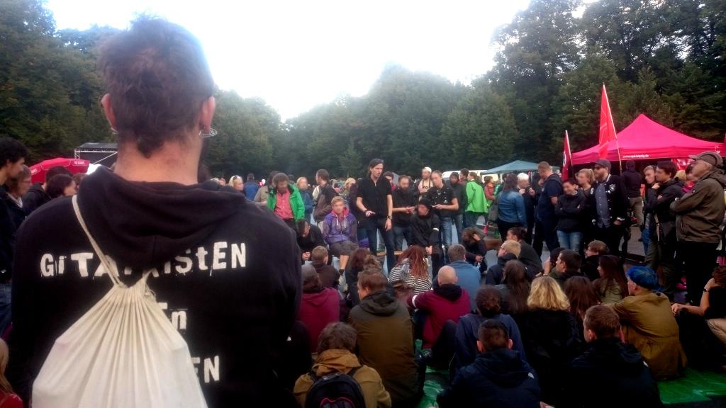 Beim Brückenfest werden gewaltfreie Protestformen geübt.