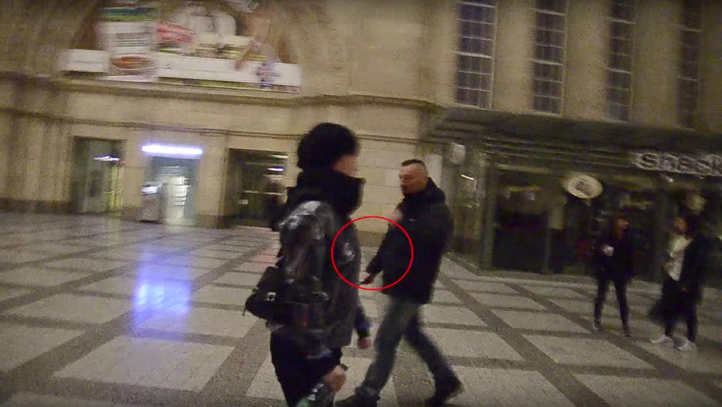 Kevin D. am 19.10.2015 mit Messer im Hauptbahnhof Leipzig (Quelle: caruso.pinguin/YoutubeYoutube)